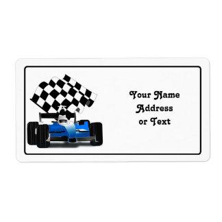 Coche de carreras azul con la bandera a cuadros etiqueta de envío