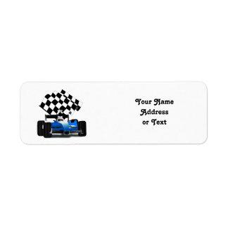 Coche de carreras azul con la bandera a cuadros etiqueta de remite