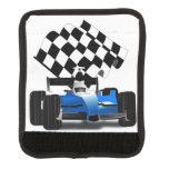 Coche de carreras azul con la bandera a cuadros cobertura para asa de maleta