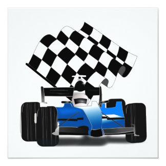 """Coche de carreras azul con la bandera a cuadros invitación 5.25"""" x 5.25"""""""