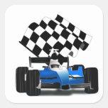 Coche de carreras azul con la bandera a cuadros pegatina cuadrada