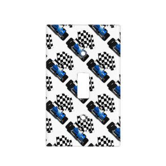 Coche de carreras azul con la bandera a cuadros cubierta para interruptor