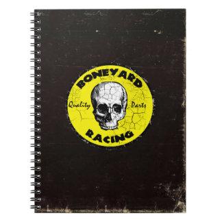 Coche de carreras que compite con el cuaderno retr