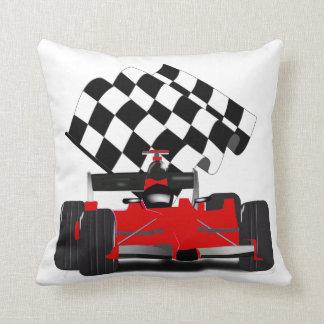 Coche de carreras rojo con la bandera a cuadros almohada