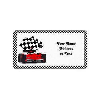 Coche de carreras rojo con la bandera a cuadros etiquetas de dirección