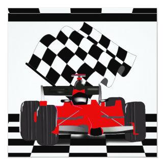 """Coche de carreras rojo con la bandera a cuadros invitación 5.25"""" x 5.25"""""""