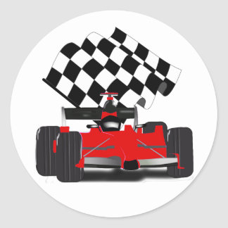 Coche de carreras rojo con la bandera a cuadros pegatina redonda