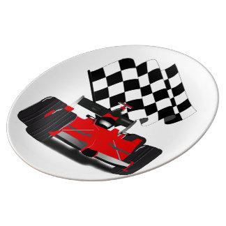 Coche de carreras rojo con la bandera a cuadros platos de cerámica
