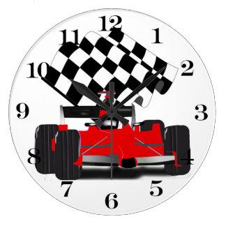 Coche de carreras rojo con la bandera a cuadros reloj redondo grande
