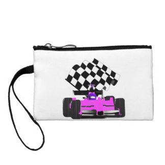 Coche de carreras rosado femenino con la bandera a