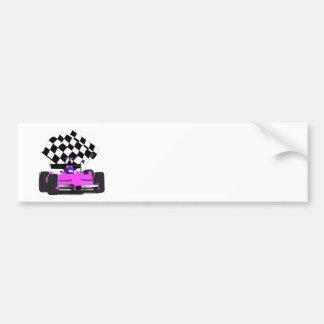 Coche de carreras rosado femenino con la bandera a pegatina para auto