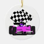 Coche de carreras rosado femenino con la bandera a ornamente de reyes
