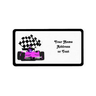 Coche de carreras rosado femenino con la bandera a etiqueta de dirección