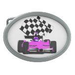 Coche de carreras rosado femenino con la bandera a hebilla de cinturón oval
