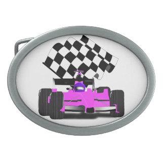 Coche de carreras rosado femenino con la bandera a hebilla de cinturon oval
