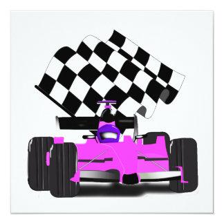 """Coche de carreras rosado femenino con la bandera a invitación 5.25"""" x 5.25"""""""