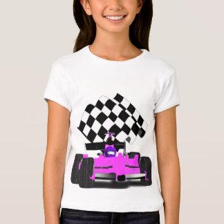 Coche de carreras rosado femenino con la bandera a playera
