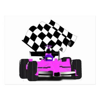 Coche de carreras rosado femenino con la bandera a tarjeta postal
