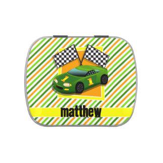 Coche de carreras verde, amarillo, y anaranjado, jarrones de caramelos