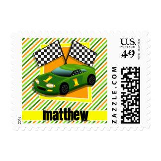 Coche de carreras verde, amarillo, y anaranjado, sello