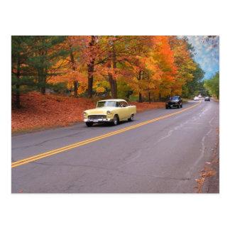 Coche de la clase en otoño tarjeta postal