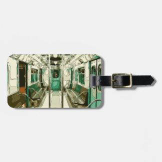 Coche de subterráneo dentro del metal etiquetas de maletas