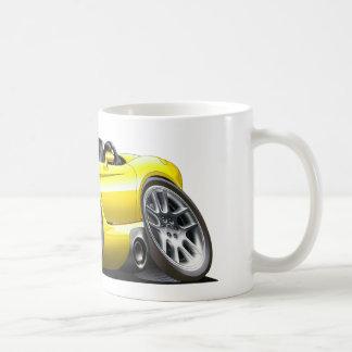 Coche del amarillo del automóvil descubierto de la taza