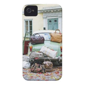 Coche del vintage con las porciones de equipaje carcasa para iPhone 4 de Case-Mate