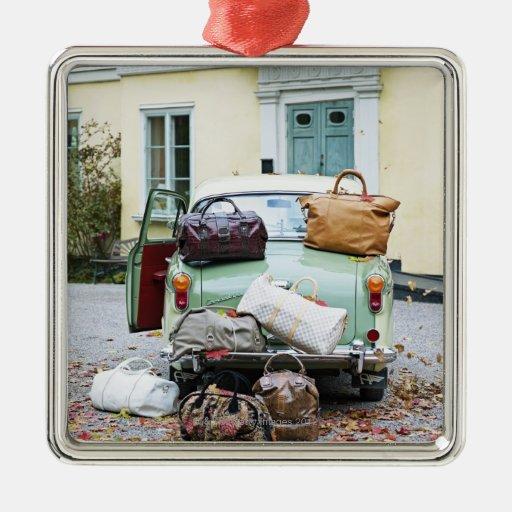Coche del vintage con las porciones de equipaje ornamentos de reyes