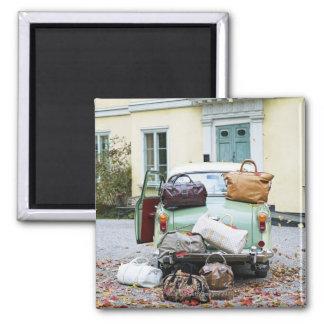Coche del vintage con las porciones de equipaje imán cuadrado