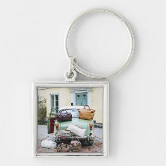 Coche del vintage con las porciones de equipaje llavero personalizado