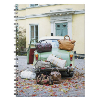 Coche del vintage con las porciones de equipaje notebook