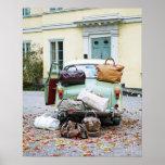 Coche del vintage con las porciones de equipaje posters