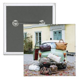 Coche del vintage con las porciones de equipaje pin