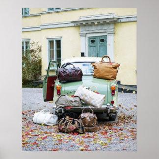 Coche del vintage con las porciones de equipaje póster