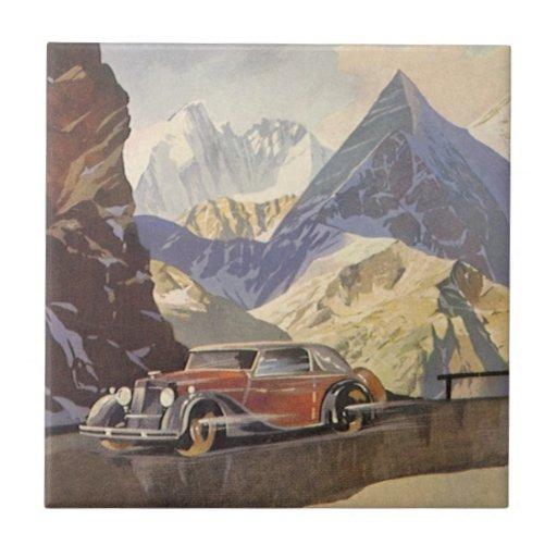 Coche del vintage en el camino de la montaña con azulejo cuadrado pequeño