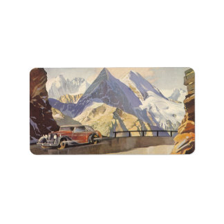 Coche del vintage en el camino de la montaña con etiqueta de dirección