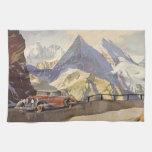 Coche del vintage en el camino de la montaña con n toallas de mano