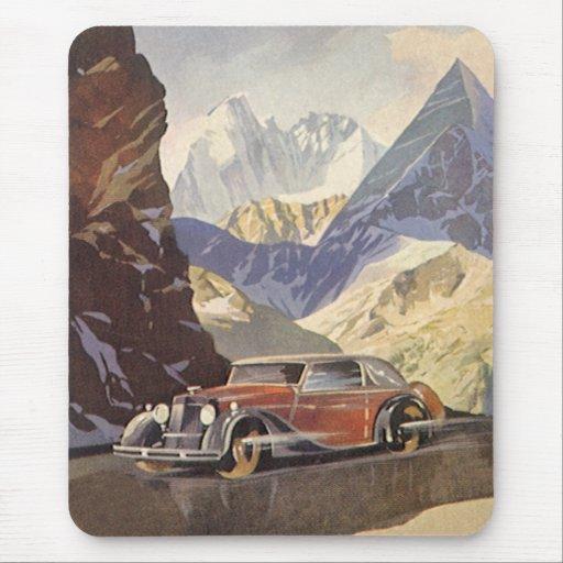 Coche del vintage en el camino de la montaña con alfombrilla de ratón