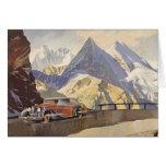 Coche del vintage en el camino de la montaña con tarjeta de felicitación