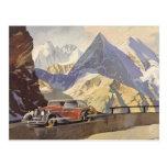 Coche del vintage en el camino de la montaña con postal