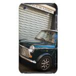 Coche en la calle cerca de la puerta del garaje iPod touch Case-Mate cobertura