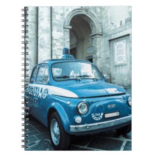 Coche policía de Fiat 500 en el cuaderno de Italia