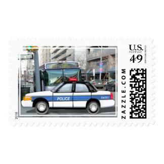 Coche policía orgulloso en la ciudad sellos