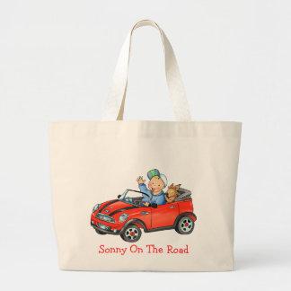 Coche rojo en el bolso del camino bolsas