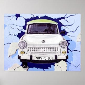 Coche trabante, azul claro, muro de Berlín Póster