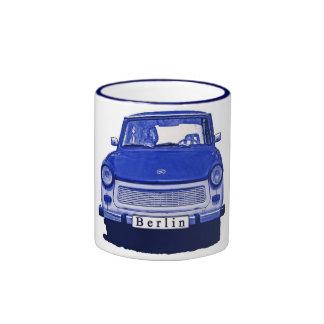 Coche trabante en el azul Berlín Tazas De Café