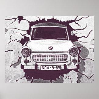 Coche trabante, negro y blanco, muro de Berlín (1) Póster