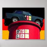 Coche trabante y bandera alemana, Berlín Poster