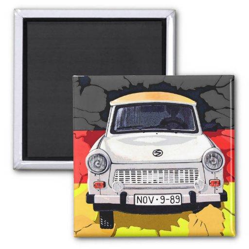 Coche trabante y bandera alemana, muro de Berlín Iman De Nevera